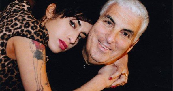 «Το φάντασμα της κάθεται στο κρεβάτι μου» ισχυρίζεται ο πατέρας της Amy Winehouse