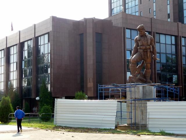 Μετά τις πινακίδες, οι Σκοπιανοί ξηλώνουν και τα αγάλματα (ΦΩΤΟ)