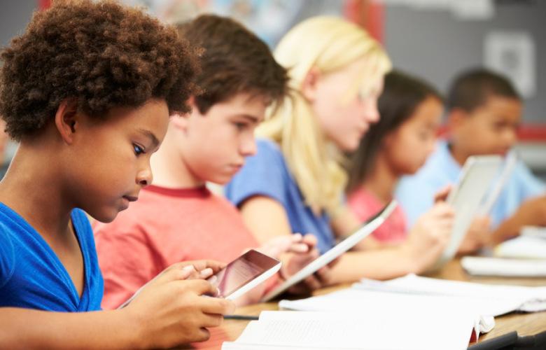 Έρευνα: Τα παιδιά μας είναι εξαρτημένα από τα κινητά, παραδέχονται πλέον οι γονείς