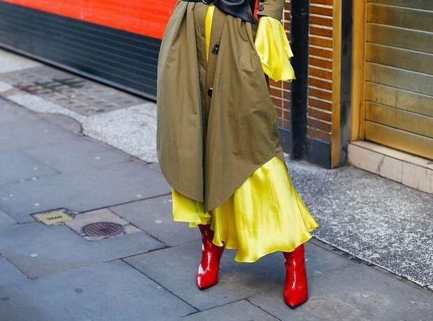 Τα κόκκινα booties έχουν ακόμα θέση στο street style