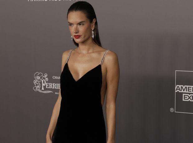 Η Alessandra Ambrosio με το πιο sexy μαύρο φόρεμα που έχεις δει τελευταία