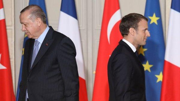 """Έξαλλος ο Ερντογάν με τον Μακρόν: Η οργισμένη απάντηση του """"Σουλτάνου"""" για τα γαλλικά στρατεύματα στο πλευρό των Κούρδων"""