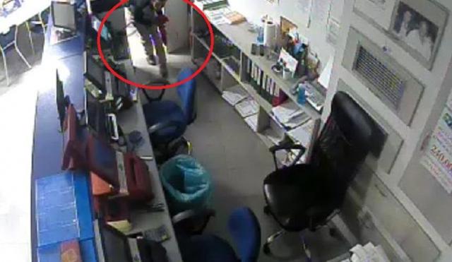 Κρήτη: Πήγε να κλέψει πρακτορείο ΟΠΑΠ και μπήκε από το παραθυράκι του μπάνιου [φωτο]