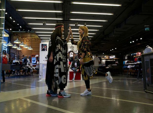 Βρήκαμε παρέα με τον Απόστολο Μητρόπουλο το πιο stylish Nike outfit για το απόλυτο urban party της πόλης