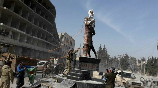 O τουρκικός στρατός γκρέμισε το άγαλμα ενός μυθικού ήρωα των Κούρδων στην Αφρίν