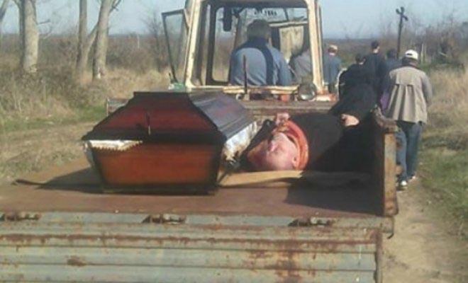 Παπάς ήπιε τόσο που κοιμήθηκε και τον πήγαν στην κηδεία με τρακτέρ δίπλα στο φέρετρο