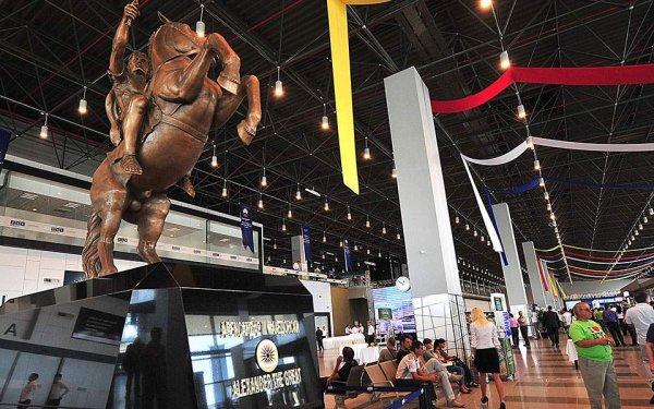 Αποκαθηλώθηκε το άγαλμα του Μ. Αλεξάνδρου από το αεροδρόμιο των Σκοπίων