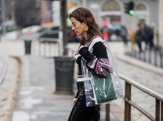 Τα πιο στιλάτα διάφανα αξεσουάρ που κυριαρχούν στο street style