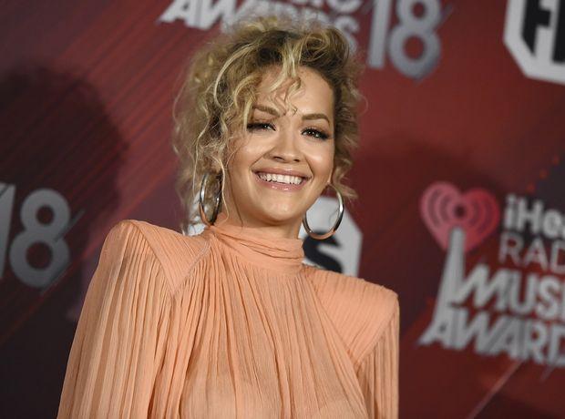 Η Rita Ora με ολόσωμη φόρμα που απογειώνει το airport look