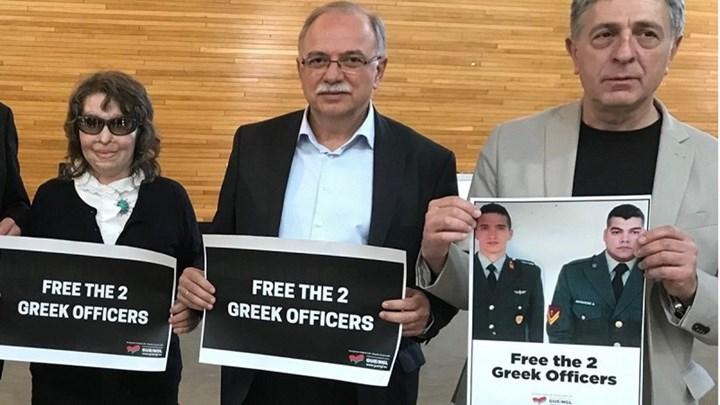 Έλληνες ευρωβουλευτές με φωτογραφίες των δύο στρατιωτικών μέσα στο Ευρωπαϊκό Κοινοβούλιο