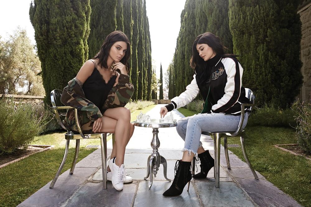 Tα ρούχα των Kendall και Kylie Jenner ήρθαν στην Ελλάδα και εμείς σου λέμε πού μπορείς να τα βρεις