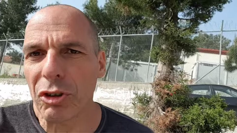 Με selfie stick στη Μόρια ο Γιάνης Βαρουφάκης (βίντεο)
