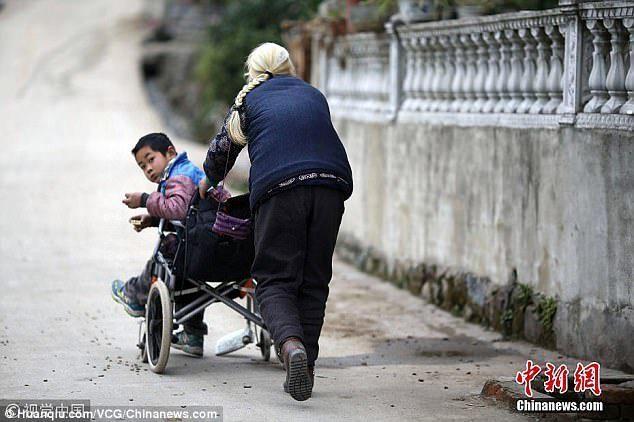 76χρονη γιαγιά περπατάει 25 χλμ την μέρα για να πάει τον ανάπηρο εγγονό της στο σχολείο (ΒΙΝΤΕΟ)