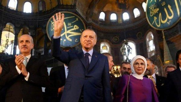 Ύψιστη πρόκληση για τον Χριστιανισμό – Ο Ερντογάν χαιρέτησε υψώνοντας τα 4 δάχτυλά του μέσα στην Αγιά Σοφιά