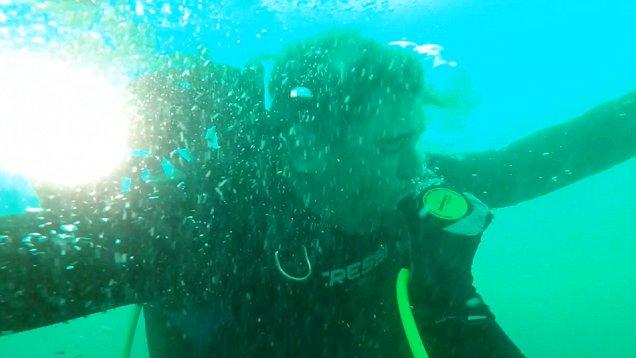 Η συγκλονιστική στιγμή που ένας δύτης μένει από οξυγόνο στο βυθό της θάλασσας [βίντεο]