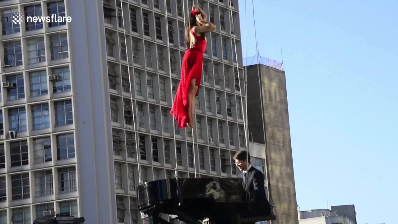 Μαγευτικό θέαμα: Γυναίκα χορεύει στον αέρα υπό τον ήχο του πιάνου [βίντεο]