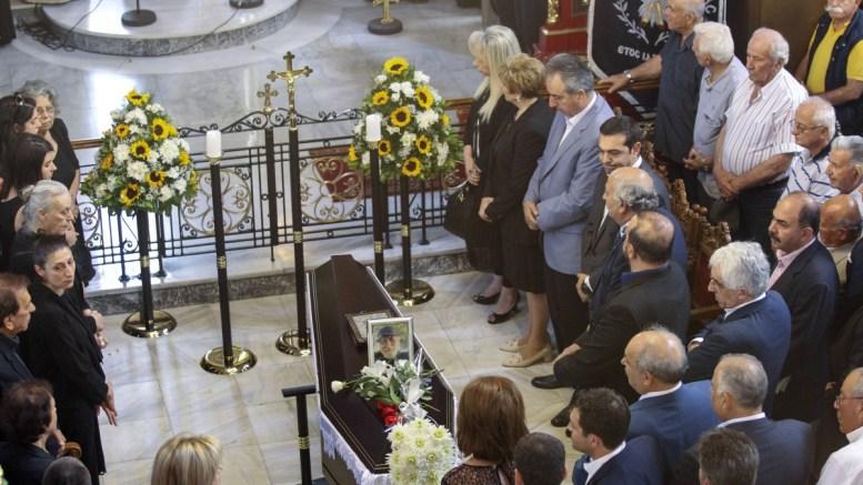 Πλήθος κόσμου στην κηδεία του Χάρρυ Κλυνν – Παρών και ο Αλέξης Τσίπρας