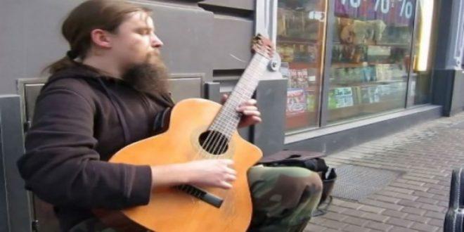 Κανένας από τους περαστικούς δεν μπορούσε να πιστέψει ότι αυτός ο άντρας ήταν μουσικός του δρόμου!