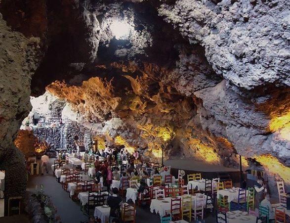 Ένα κρυμμένο εστιατόριο μέσα σε φυσική σπηλιά