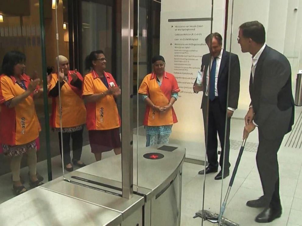 Έπεσε ο καφές του Ολλανδού πρωθυπουργού και σφουγγάρισε μόνος του