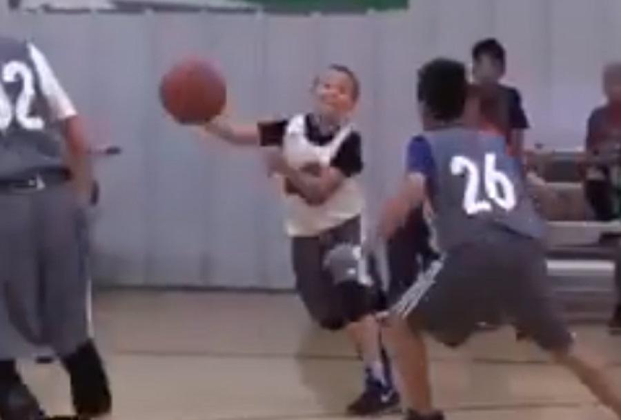 Πιτσιρικάς – φαινόμενο κάνει απίστευτα κόλπα με μπάλα μπάσκετ [βίντεο]
