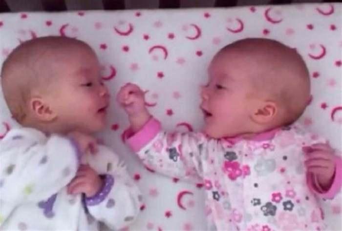 """To video που έχει """"λιώσει"""" το διαδίκτυο! Τα δίδυμα νεογέννητα που έχουν την πρώτη τους… συζήτηση! (ΒΙΝΤΕΟ)"""