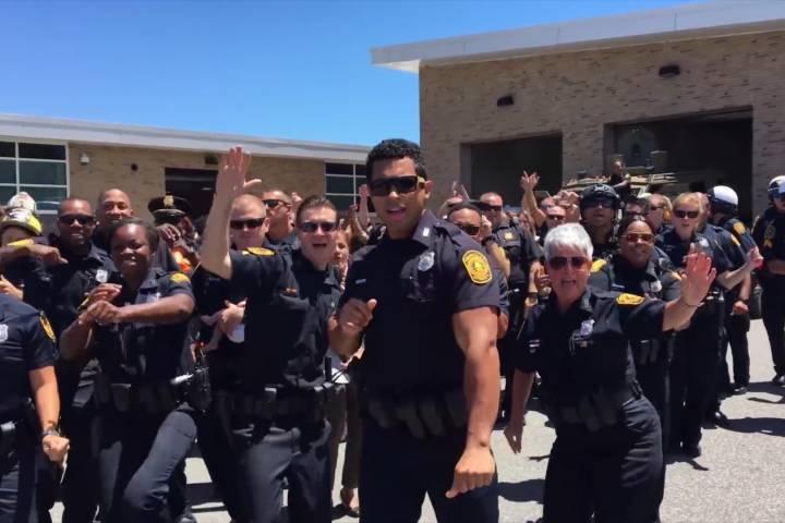 Αστυνομικοί κάνουν lip sync και χορεύουν στους ρυθμούς του Bruno Mars [απολαυστικό βίντεο]
