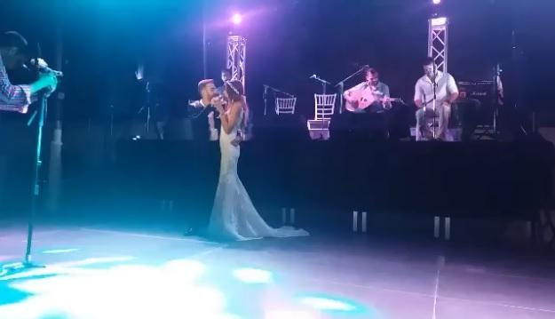 Χανιά: Η κούκλα νύφη έκλεψε την παράσταση με τις πόζες και το χιούμορ της – Οι εικόνες του γάμου