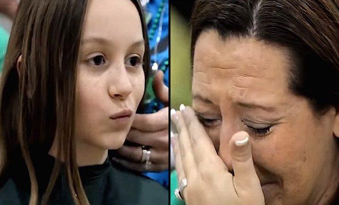 Αυτή η 10χρονη κάθεται απέναντι από τη μαμά της και περιμένει. Δείτε τώρα, τι κάνουν στα μαλλιά της!