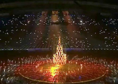 Αρχικά σχηματίζουνε ένα Χριστουγεννιάτικο Δέντρο από Ανθρώπους. Η Συνέχεια; Θα σας κόψει την Ανάσα!