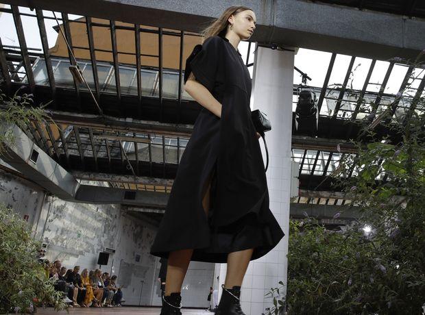 LFW: Ο αυστηρός μινιμαλισμός του Jil Sander και το παραμυθένιο street wear της Alberta Ferretti