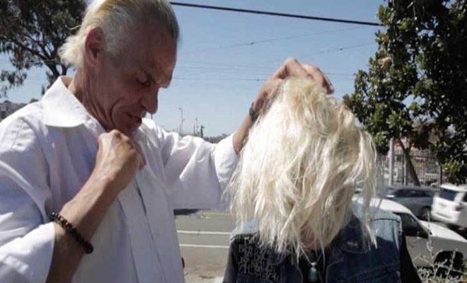 Επαγγελματίας κομμωτής, κουρεύει δωρεάν μία άστεγη γυναίκα. Όταν όμως σηκώνει το κεφάλι της, μένουμε άφωνοι!