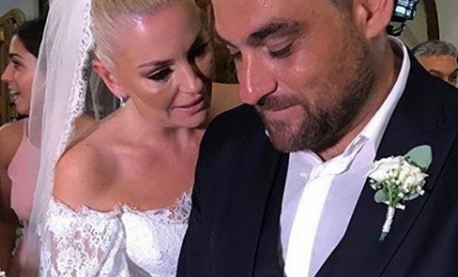 Ελισάβετ Μουτάφη – Μάνος Νιφλής: Νέες φωτογραφίες από τον μαγευτικό τους γάμο στην Σαντορίνη!