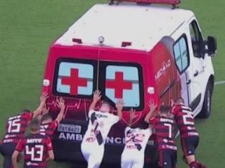 Χαλασμένο ασθενοφόρο διέκοψε ποδοσφαιρικό αγώνα!