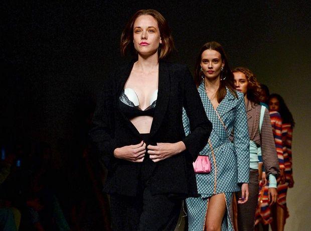 Το μοντέλο Valeria Garcia φόρεσε θήλαστρο στην πασαρέλα. Ε και;