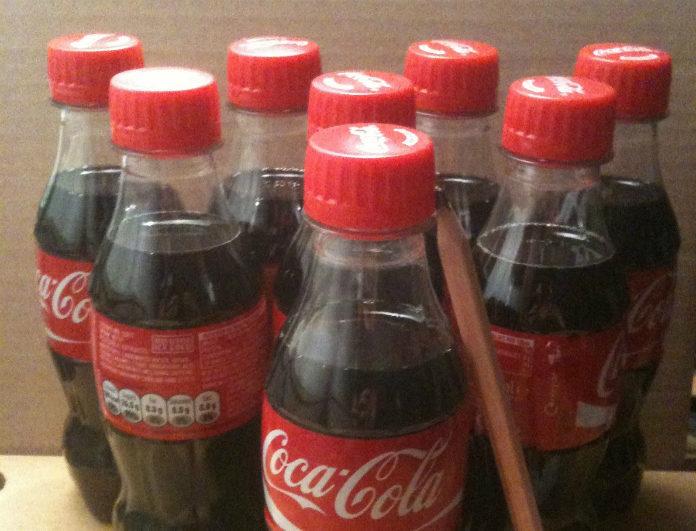 Σου τελείωσε το μαλακτικό; Λούσε τα μαλλιά σου με Coca Cola! 12 απίθανα πράγματα που δεν ήξερες πως μπορείς να κάνεις με το πιο γαμάτο αναψυκτικό!