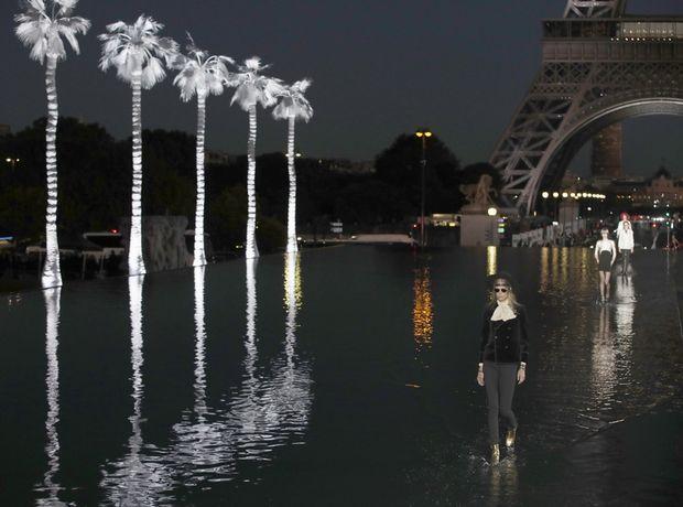 Στο fashion show του Saint Laurent τα μοντέλα περπάτησαν πάνω σε νερό κάτω από τον Πύργο του Eiffel