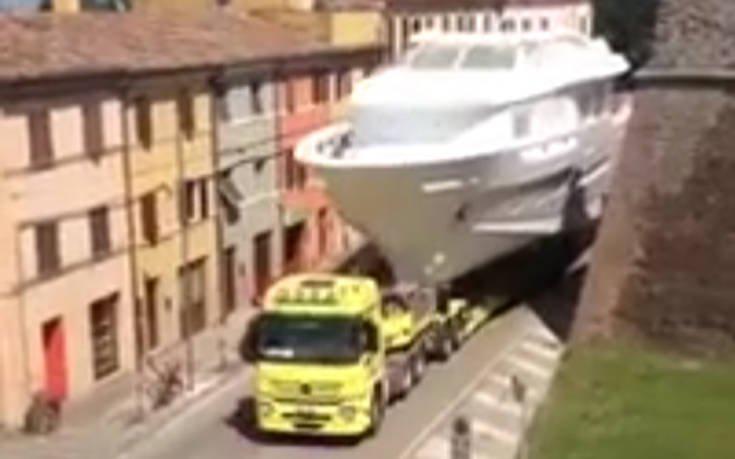 Κάπως έτσι μπορείς να δεις πλοίο να κινείται στη στεριά