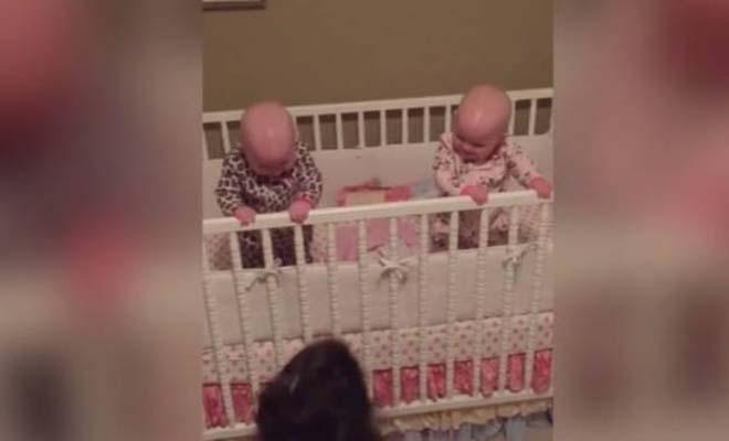 Ξεκαρδιστική η αντίδρασή τους: Αυτά είναι τα πιο χαριτωμένα δίδυμα μωρά [Βίντεο]