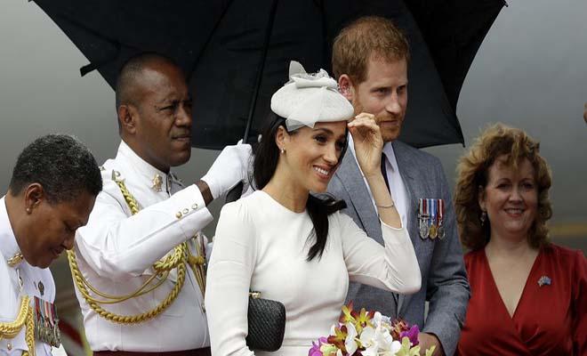 Η Μέγκαν Μαρκλ φόρεσε λευκά και εντυπωσίασε – Της έπαιρνε ο αέρας το φόρεμα [Εικόνες]