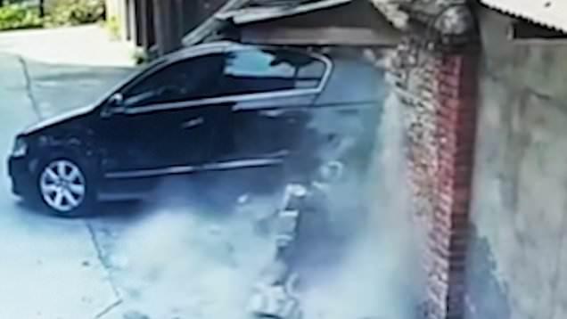 Οδηγός διέλυσε τρία αυτοκίνητα και έναν τοίχο στην προσπάθειά της να παρκάρει [βίντεο]