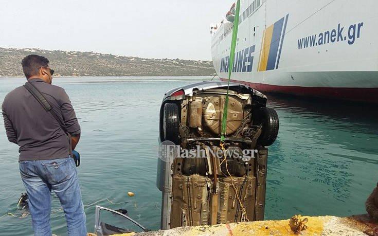Βίντεο με την ανέλκυση του αυτοκινήτου που έκανε βουτιά στο λιμάνι της Σούδας