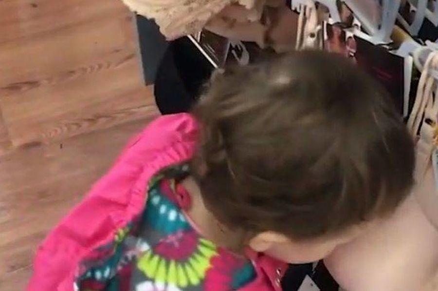 Πεινασμένη πιτσιρίκα 14 μηνών προσπαθούσε να πιει γάλα από… σουτιέν [βίντεο]