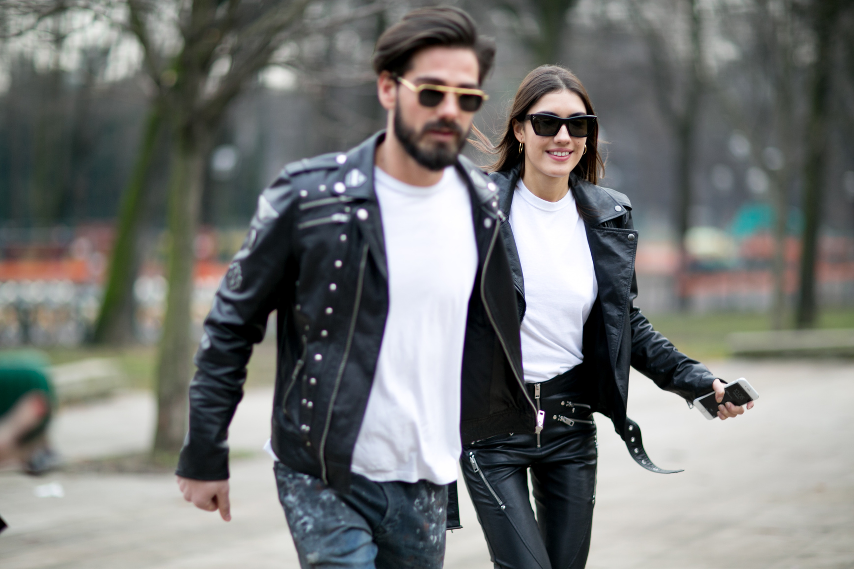 Μαύρο Biker Jacket: Δες πώς να φορέσεις το πιο κλασικό στυλ μπουφάν