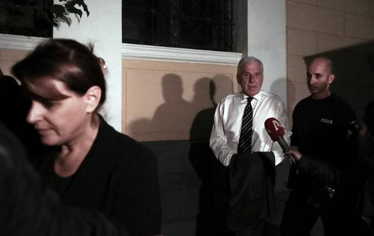 Φανερά σοκαρισμένος στο δρόμο για τη φυλακή ο Γιάννος Παπαντωνίου