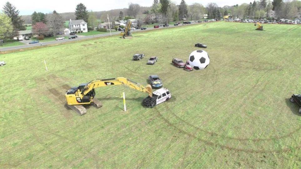 Παίζουν ποδόσφαιρο με αυτοκίνητα και έχουν για τερματοφύλακες εκσκαφείς [βίντεο]
