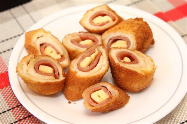 Τραγανά ρολά με ψωμί του τόστ ζαμπόν και τυρί