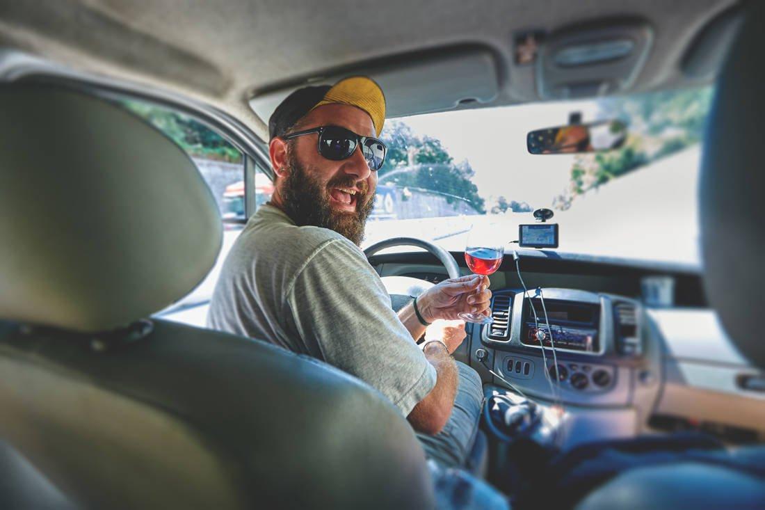 Μια γυναίκα κυκλοφορεί με ταξί και εξιστορεί τις εμπειρίες της
