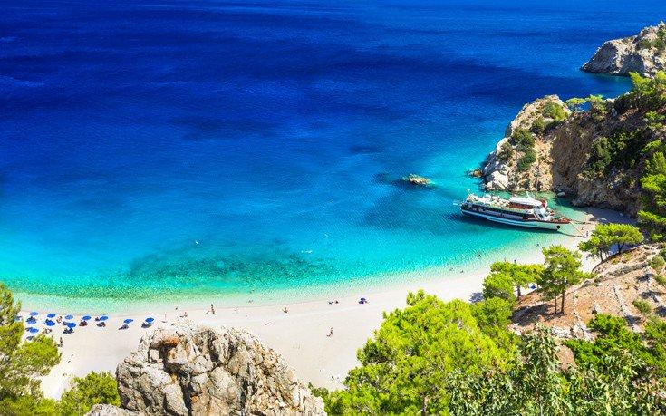 Το ελληνικό νησί που εκθειάζει βρετανική τουριστική ιστοσελίδα
