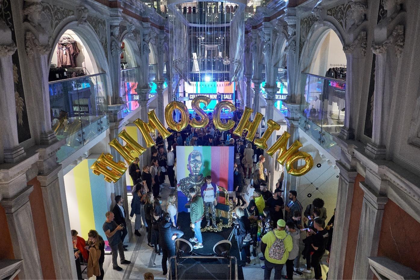 90s glam στο exclusive party για την παρουσίαση της συλλογής Moschino [tv] H&M